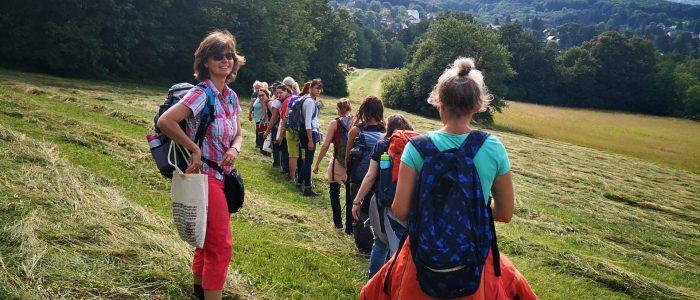 Kräuterwanderungen im Kräuterkurs mit Vana Monika